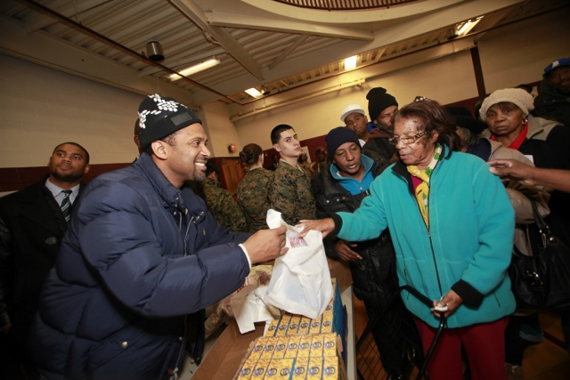 Mike giving Turkey Day items to Detroit families in need (640x427)
